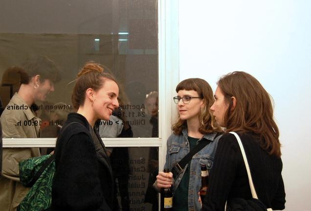 Eulalia Garcia ( a la izquierda) desplazará todas las obras 5 cm.